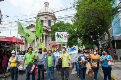 Gremios de docentes siguen con protestas en el microcentro exigiendo la suba del 16% de sus salarios