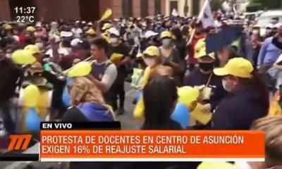 Continúa la manifestación docente en el centro de Asunción
