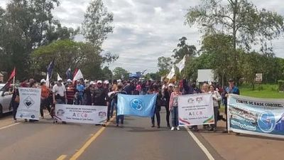 Educadores bloquearon rutas en Itapúa y Caaguazú por reajuste