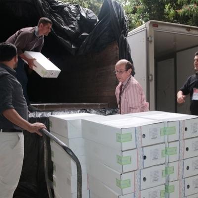 Trasladan máquinas y maletines electorales a diez departamentos