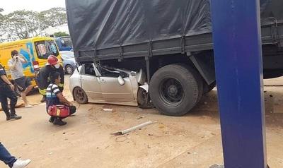 Policía choca contra camión militar estacionado y muere de manera instantánea