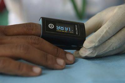 """Ministro de Salud niega la utilización de los """"saturómetros de oro"""" en los vacunatorios"""