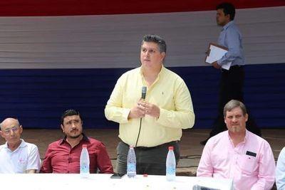 Diputado Samaniego utiliza proyecto de agua potable para pedir voto a favor de candidato colorado en Caapucú