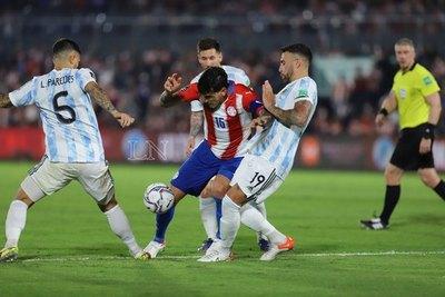 Una defensiva Paraguay logra su objetivo y empata contra Argentina