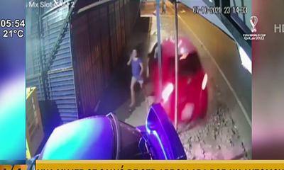De milagro mujer se salvó de ser atropellada por automóvil