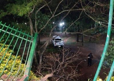 Conductor no se percató que terminaba la calle Augusto Roa Bastos y chocó contra el Parque de la Salud