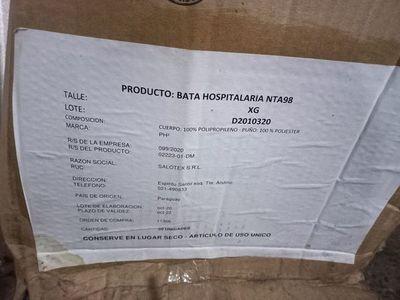 Salud pidió informes sobre batas donadas a la Municipalidad que estaban tiradas en el suelo