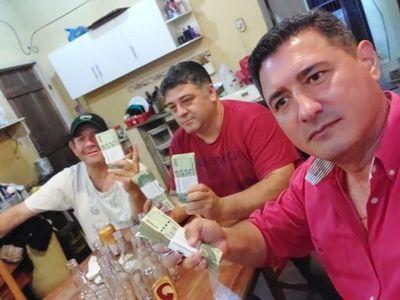 Presidente de seccional aparece con fajo de billetes a días de las elecciones
