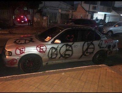 El que estaciona donde no debe, termina... ¡graffiteado!