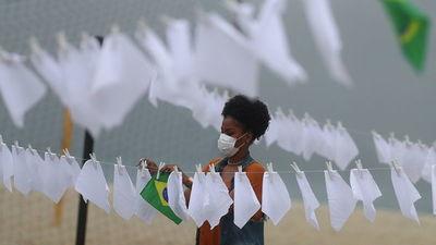 ONG cuelga pañuelos blancos en Río de Janeiro en honor a los casi 600 mil muertos por covid en Brasil