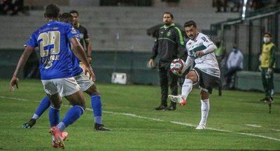El Cruzeiro de Raúl Cáceres corta la racha del Coritiba de Gustavo Morínigo