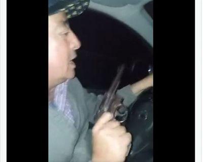Arma en mano un dirigente del PLRA incita a la violencia en Ñeembucú