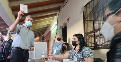 """Mario Abdo ya votó y se retiró a las corridas: """"A salir a votar"""""""