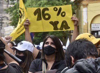 Docentes siguen hoy con la huelga por el 16% de reajuste salarial