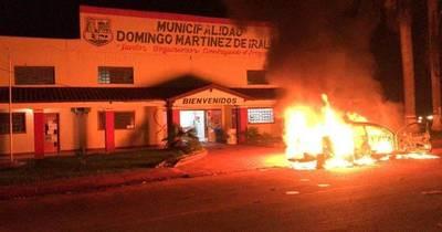 La Nación / Atacan sede del TSJE y queman vehículo de intendente electo en Alto Paraná