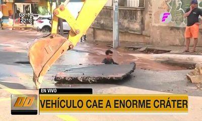 Vehículo cae a enorme cráter en Asunción