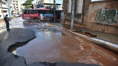 """Caño roto de Essap provoca """"cráter"""" en el microcentro de Asunción"""
