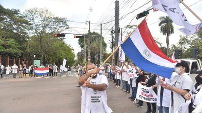 Médicos permanecen movilizados y Policía bloquea Mariscal López
