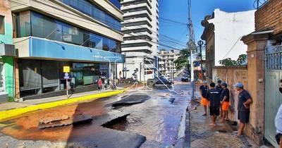 La Nación / Vehículo cayó en pozo abierto por caño roto en pleno microcentro de Asunción