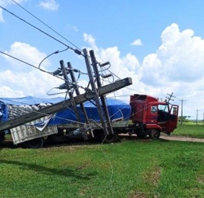Camión derribó columna de la ANDE sobre Ruta PY03 y dejó sin energía eléctrica a dos ciudades