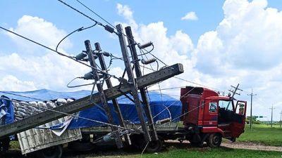 Choque de camión a columnas de la ANDE deja sin energía a Arroyos y Esteros