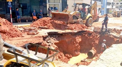 Barrios de Asunción vuelven a tener agua tras reparación de tubería en el mega cráter
