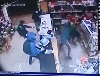 A machetazos, cuatro hombres asaltaron una panadería en Roque Alonso