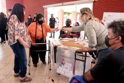Observadores resaltan alta participación y pacifismo de todo el electorado