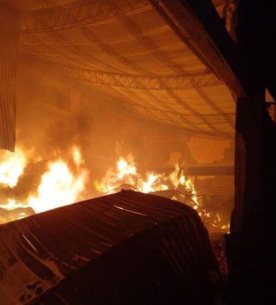 Incendio consume depósito de yerbatera en Itapúa