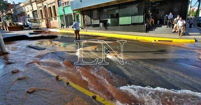 La Nación / Reparan caño roto que dejó sin agua potable al centro de Asunción