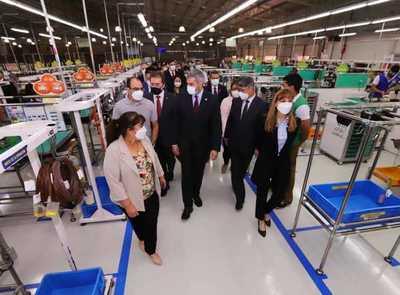 Abdo Benítez celebra crecimiento de maquiladora que brinda puestos de trabajo a jóvenes en Central