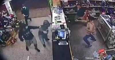 La Nación / A machetazos atacan y roban a comerciantes de Roque Alonso
