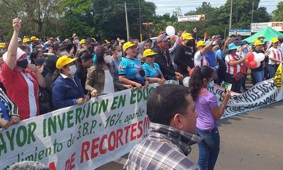 En Coronel Oviedo los docentes siguen en huelga y anuncias medidas más severas