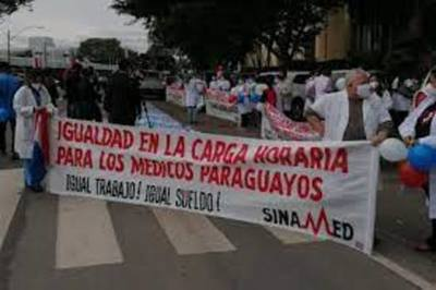 Médicos levantan huelga pero seguirán con exigencias