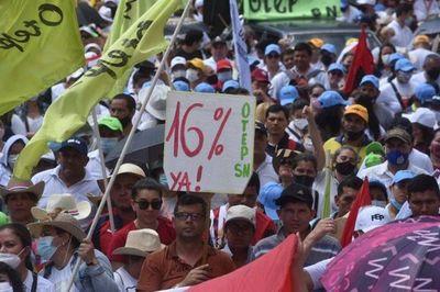 Falta de acuerdo: Docentes se movilizan frente a Hacienda y el MEC por reajuste del 16%