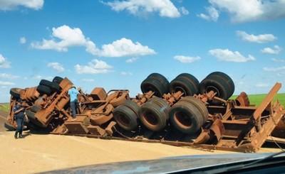 Camión cargado con trigo vuelca al evitar choque