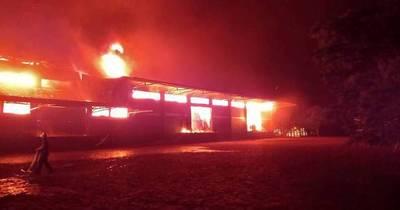 La Nación / Un gran incendio consumió depósito de una yerbatera