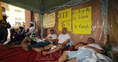 La Nación / Cuatro integrantes de gremios comenzaron huelga de hambre