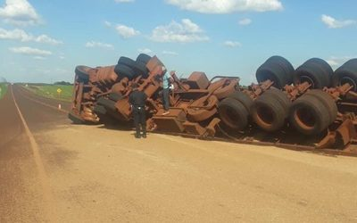 Camión semirremolque con 30 toneladas de trigo vuelca aparatosamente sobre Ruta PY10