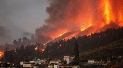 Evacúan a 800 personas en la isla de La Palma ante el avance de la lava