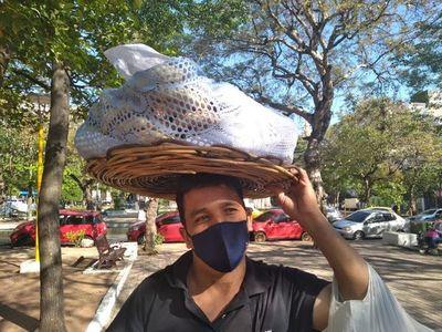 Vendiendo chipas en movilizaciones y misas busca sus guaraníes