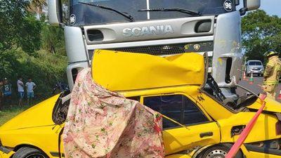 Taxista murió aplastado: camión cayó sobre su vehículo