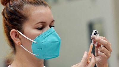 Salud anuncia tercera dosis y baja el rango etario para el  primer pinchazo