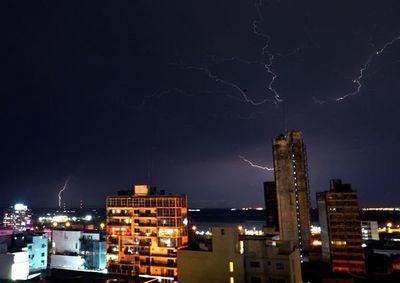 Unas 15.000 viviendas siguen sin electricidad tras la tormenta en Asunción y Central