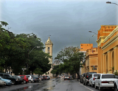 Meteorología pronostica un día cálido con lluvias dispersas y ocasionales tormentas eléctricas