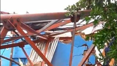Antena de telefonía cayó sobre una casa