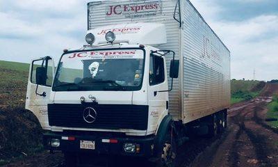Falsos policías quisieron robar camión con mercaderías, pero terminaron estancados en el barro