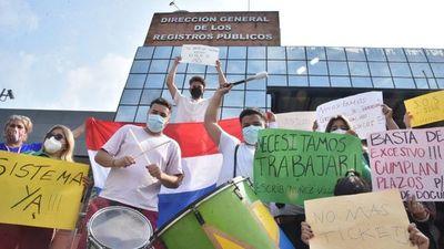 Escribanos protestan por lentitud y burocracia en Registros Públicos