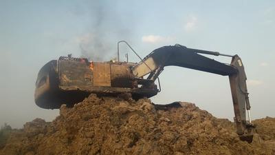 Criminales enmascarados queman máquina excavadora en San Alfredo