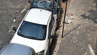 Revoque de edificio cayó sobre un auto